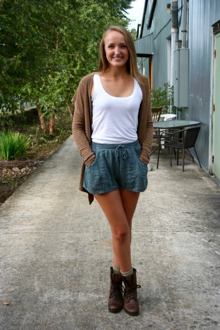 Chica con atuendo fresco, veraniego y casual con botas.