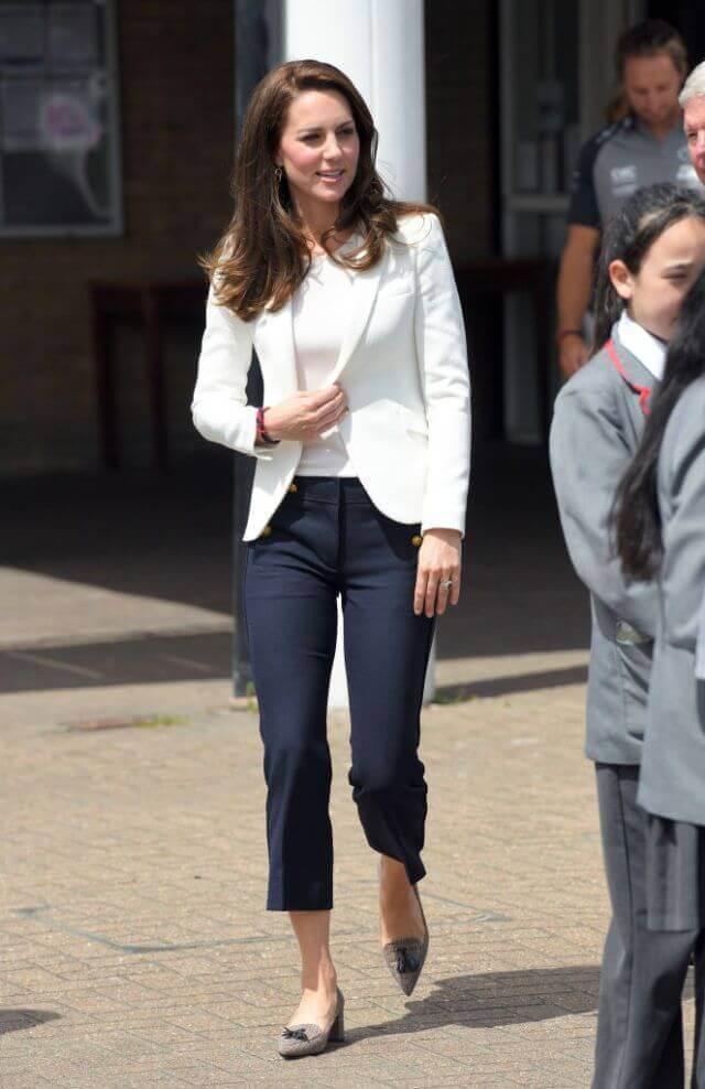 Street style de Kate Middleton - Blazer blanco y pantalón capri marino