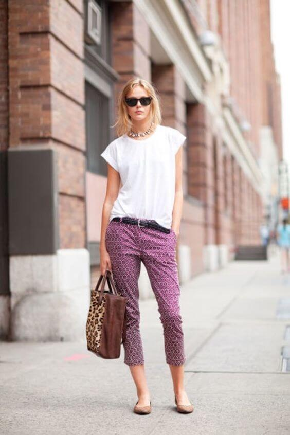 Look de camiseta básica blanca y pantalones estampados rosa.