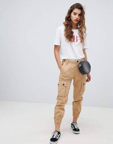 Look casual con pantalón cargo.