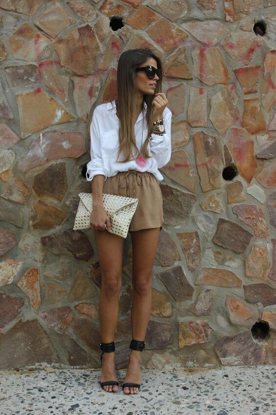 Look de blusa blanca y shorts.