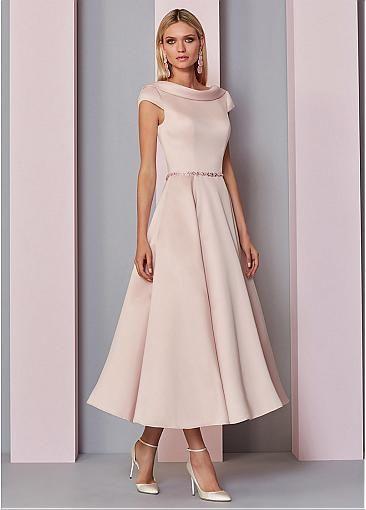 Chica con vestido sencillo para comunión.