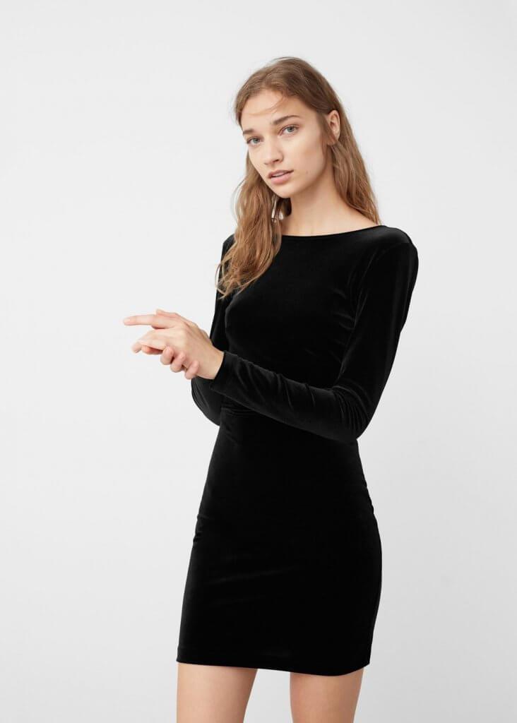 Vestido negro de terciopelo de Mango.