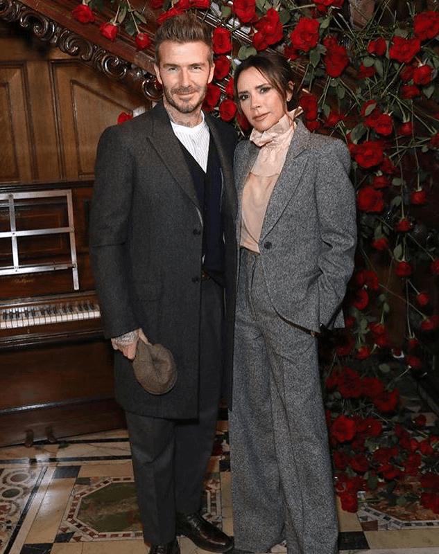 La diseñadora Victoria Beckham y su esposo.