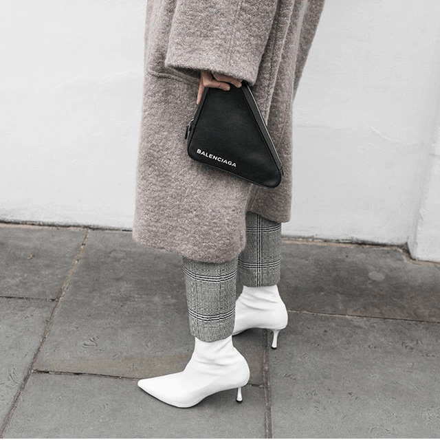 Kaitlyn Ham con botines blancos de tacón mini.