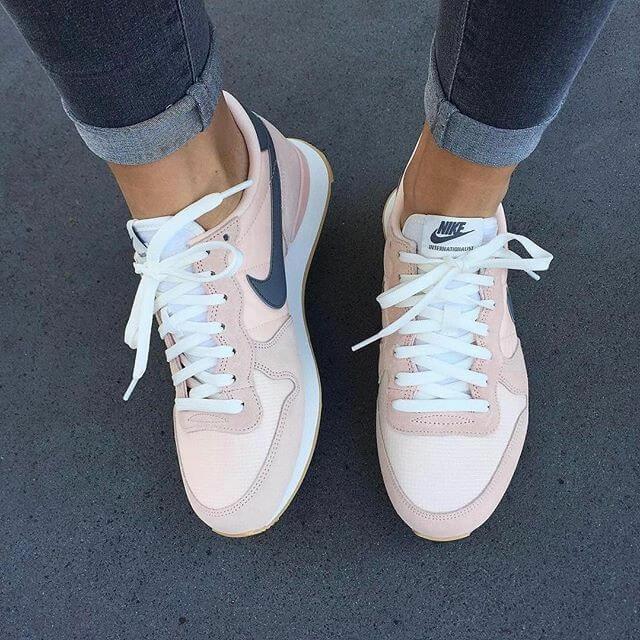 Zapatillas Nike en color rosa claro.