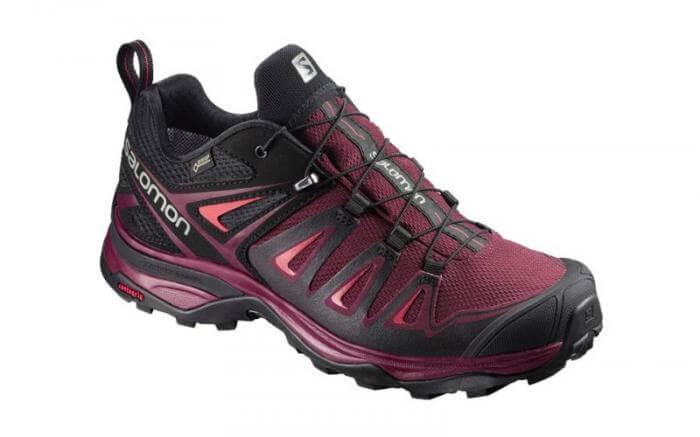 Zapatillas para senderismo en color berenjena y negro.