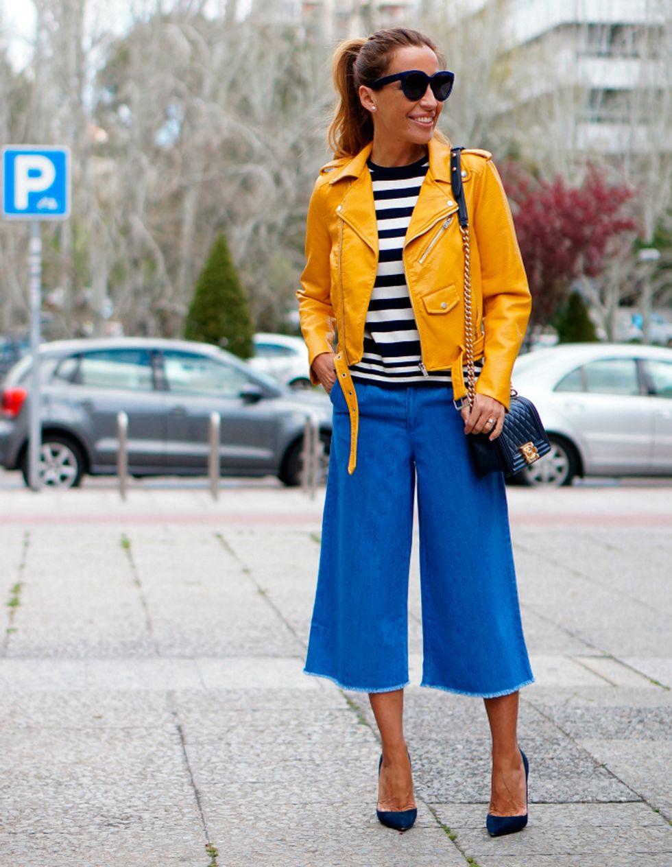 chica con pantalón culotte vaquero, camiseta a rayas y biker amarilla