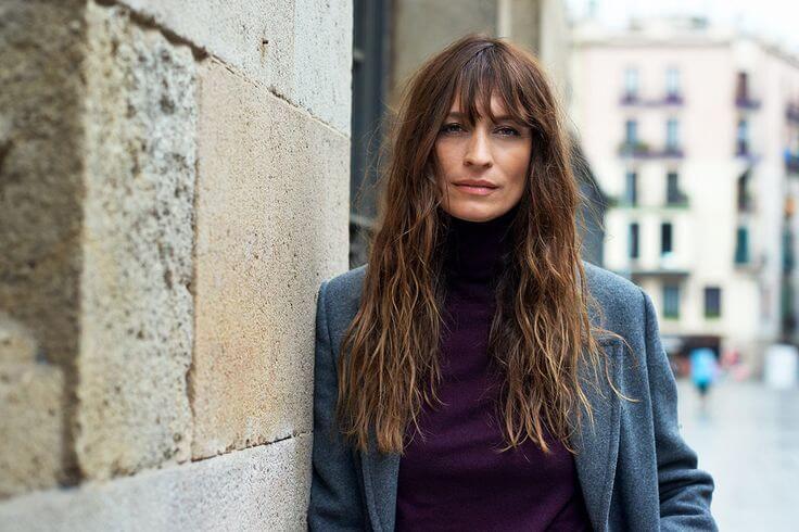 Caroline de Maigret con un look invernal en gris y morado.