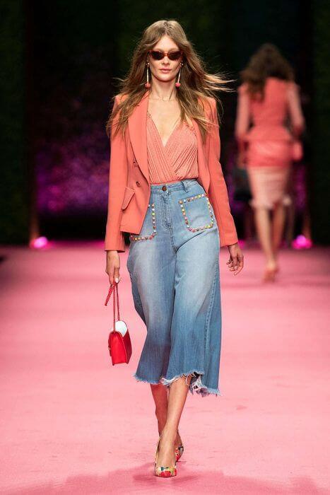 Modelo con jeans y blazer en living coral.