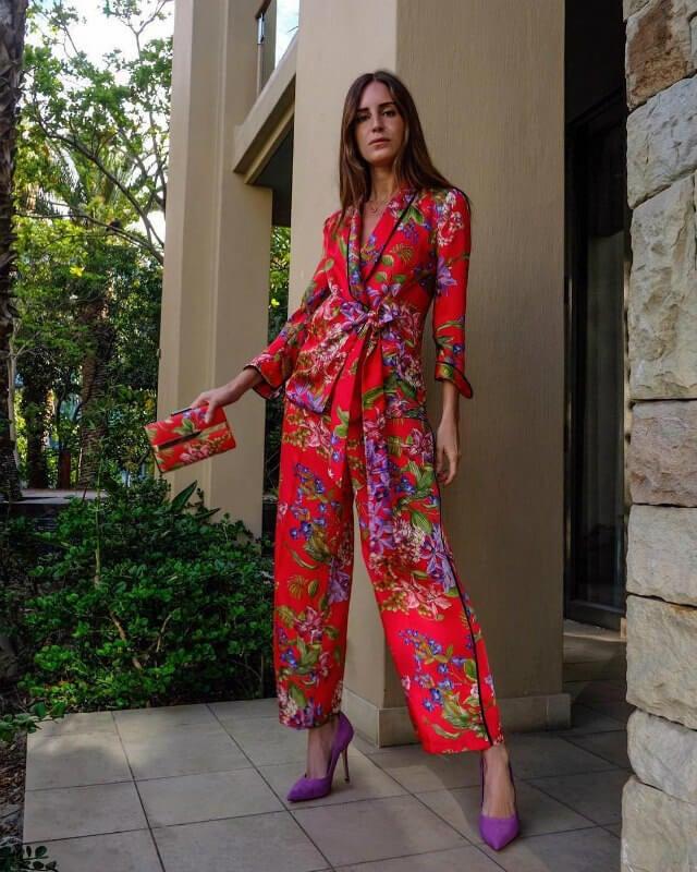 gala gonzalez vestida con un jumpsuit rojo con flores