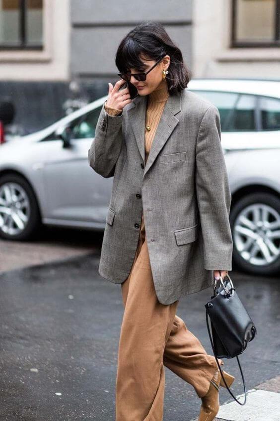 Blazer gris con un outfit en tonos neutros.