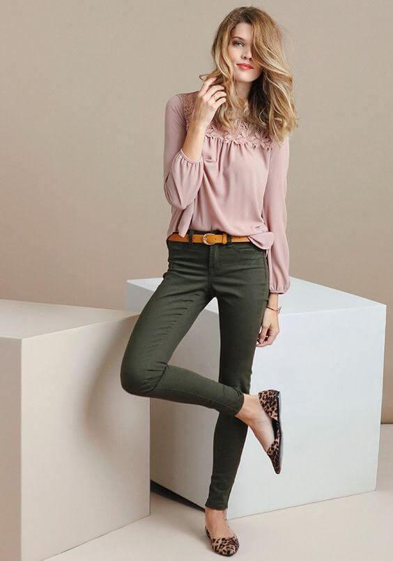 Combinación blusa rosa palo con pantalón verde.
