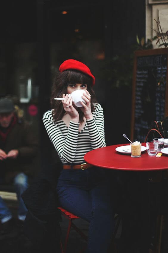 Look de french girl clásico en blanco, negro y rojo.