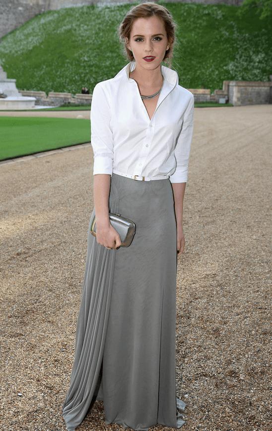 Emma Watson con camisa blanca y falda larga gris, un look atemporal.
