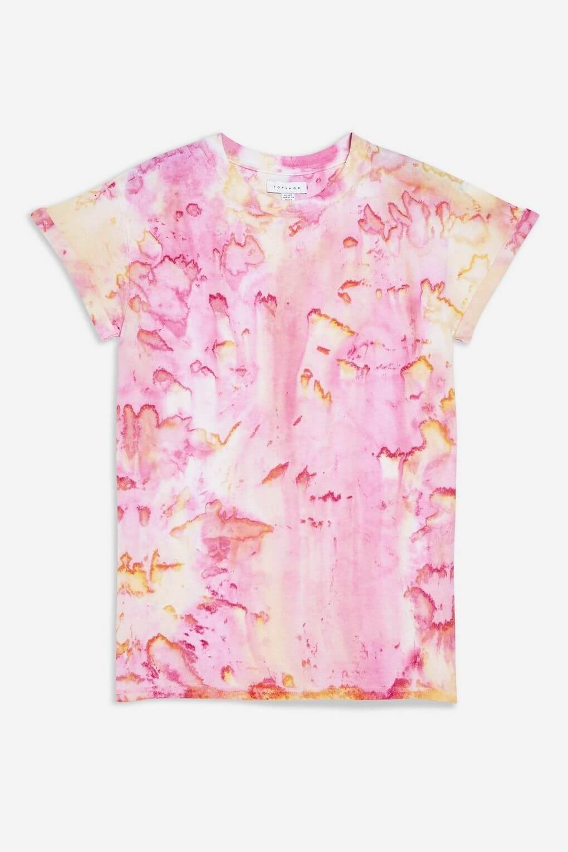 Camisa rosa con tie-dye.