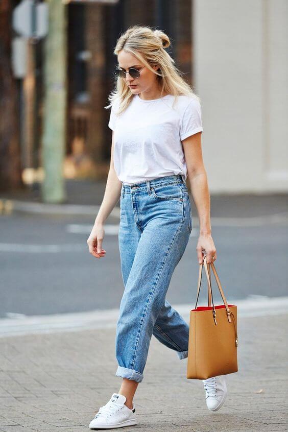 Camiseta blanca básica y pantalón vaquero, un look atemporal.