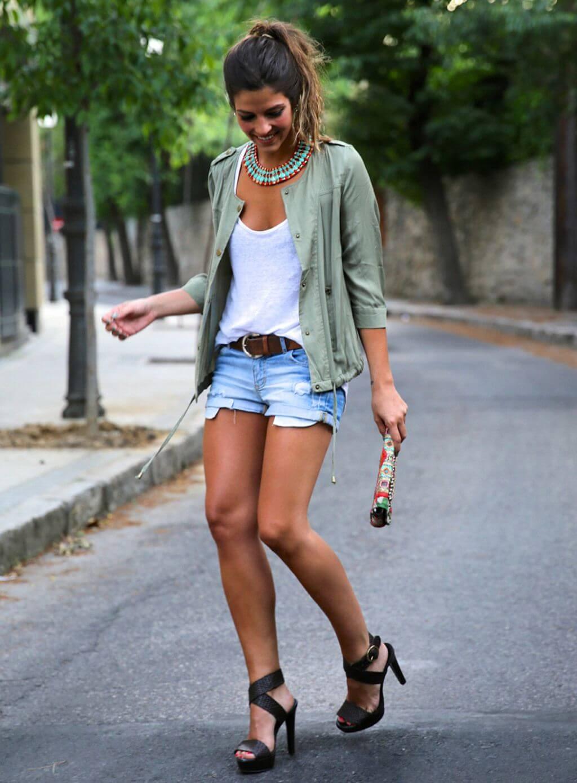 Look veraniego con shorts vaqueros y tacones.