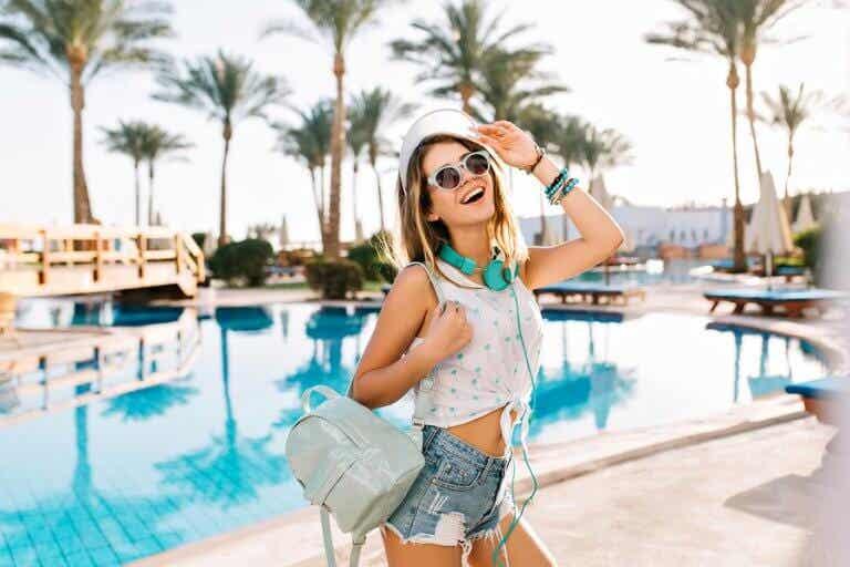 Shorts vaqueros y camiseta blanca: una apuesta perfecta para el verano