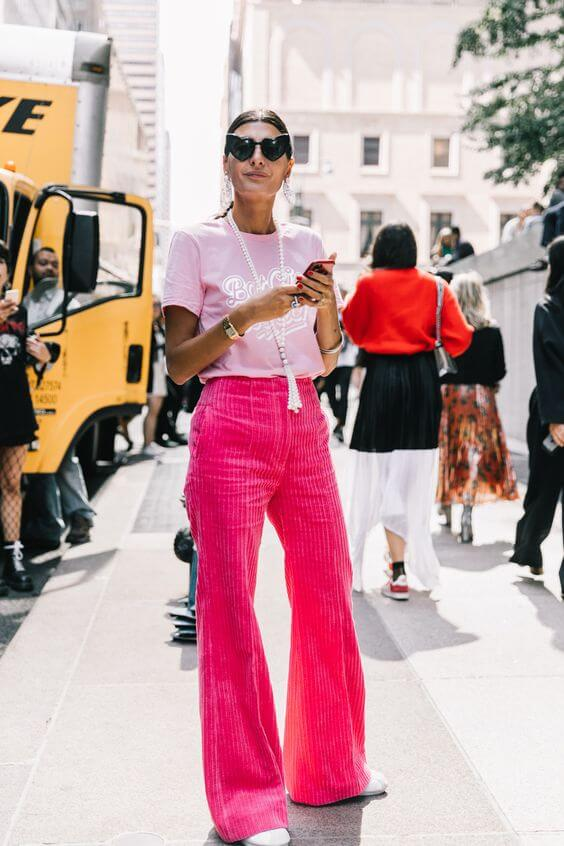 Total pink look con camiseta de Barbie.