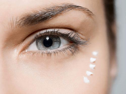 Crema aplicada en el contorno de ojos