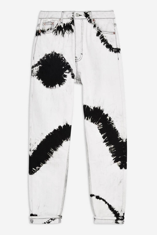 Pantalones desteñidos en blanco y negro.