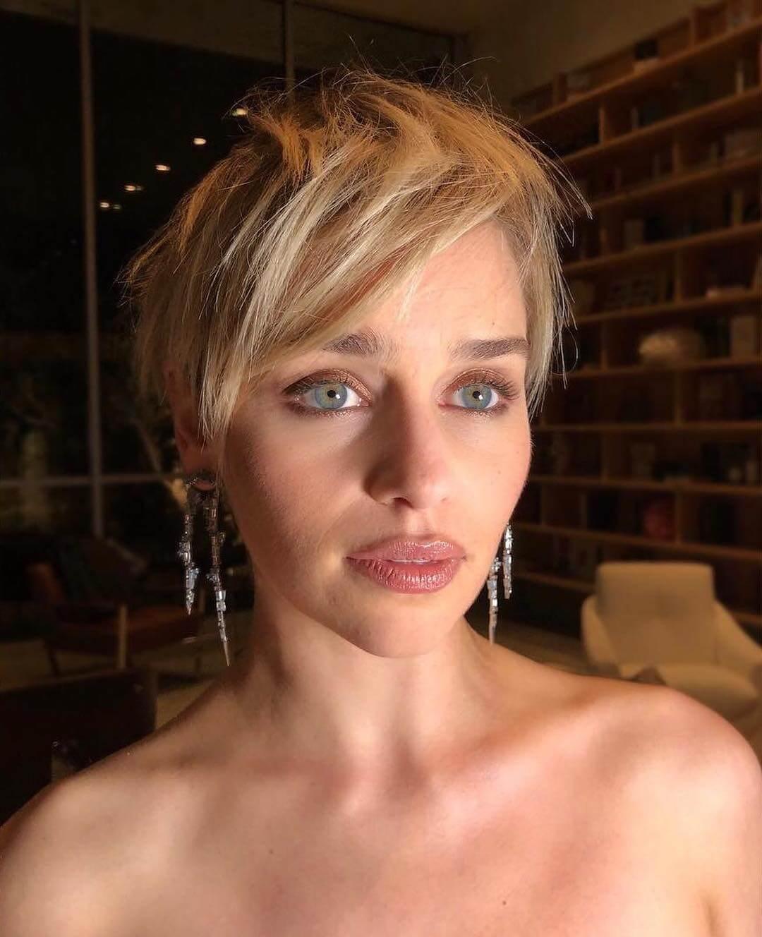 Emilia Clarke corte de pelo pixie.