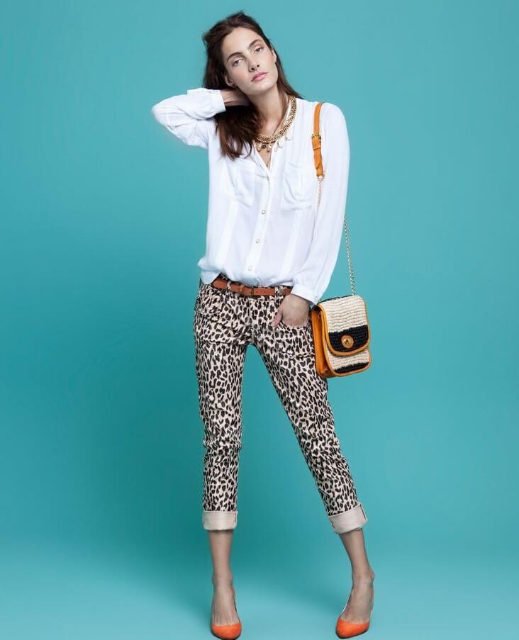 Outfit con pantalones de estampado animal.