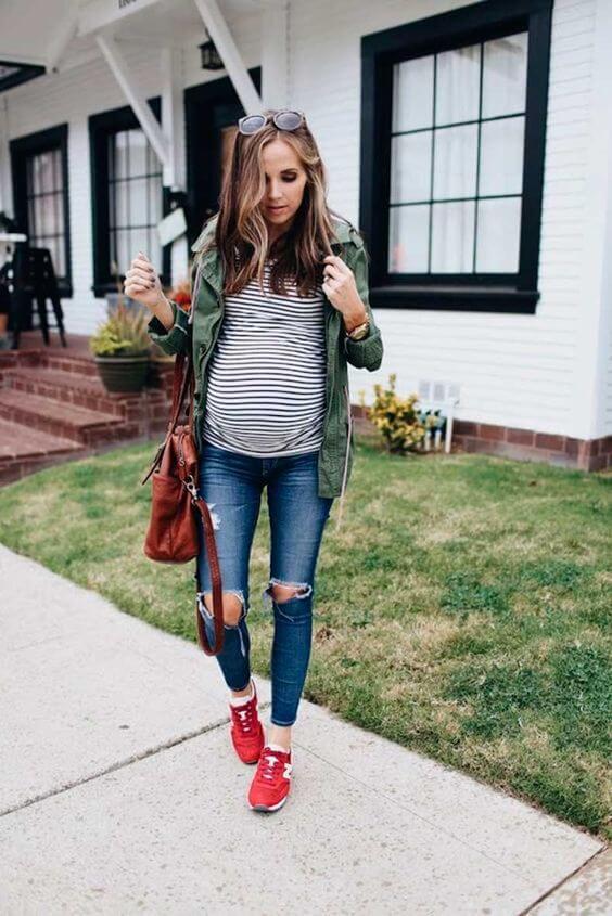 Look casual de jeans, camiseta a rayas y cazadora.