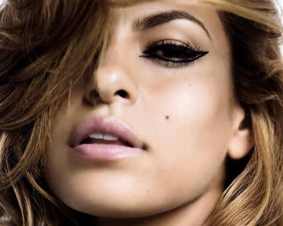 Eva Longoria con base de maquillaje natural para lucir más joven.