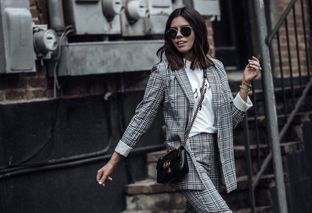 Cómo combinar una blazer gris