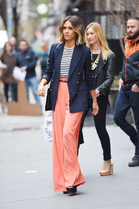 Jessica Alba con pantalones living coral.
