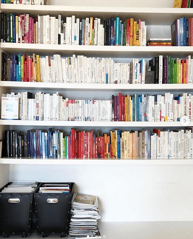 Libros ordenados con el método Konmari.