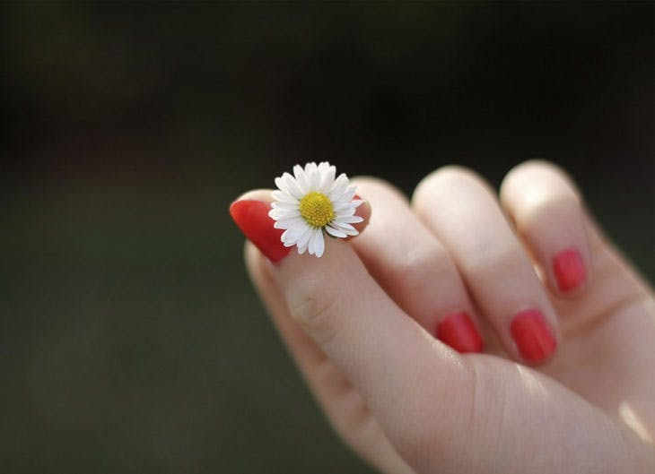 Uñas pintadas en color rojo brillante.