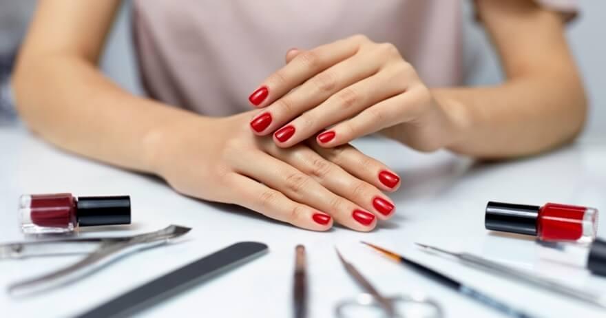 Muestra de una manicura en color rojo.