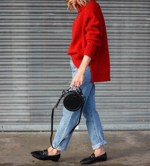 Look casual con vaqueros, bolso pequeño y mocasines.