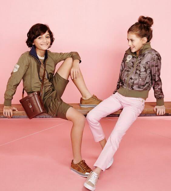 Combinación de chaqueta verde con pantalón rosa.
