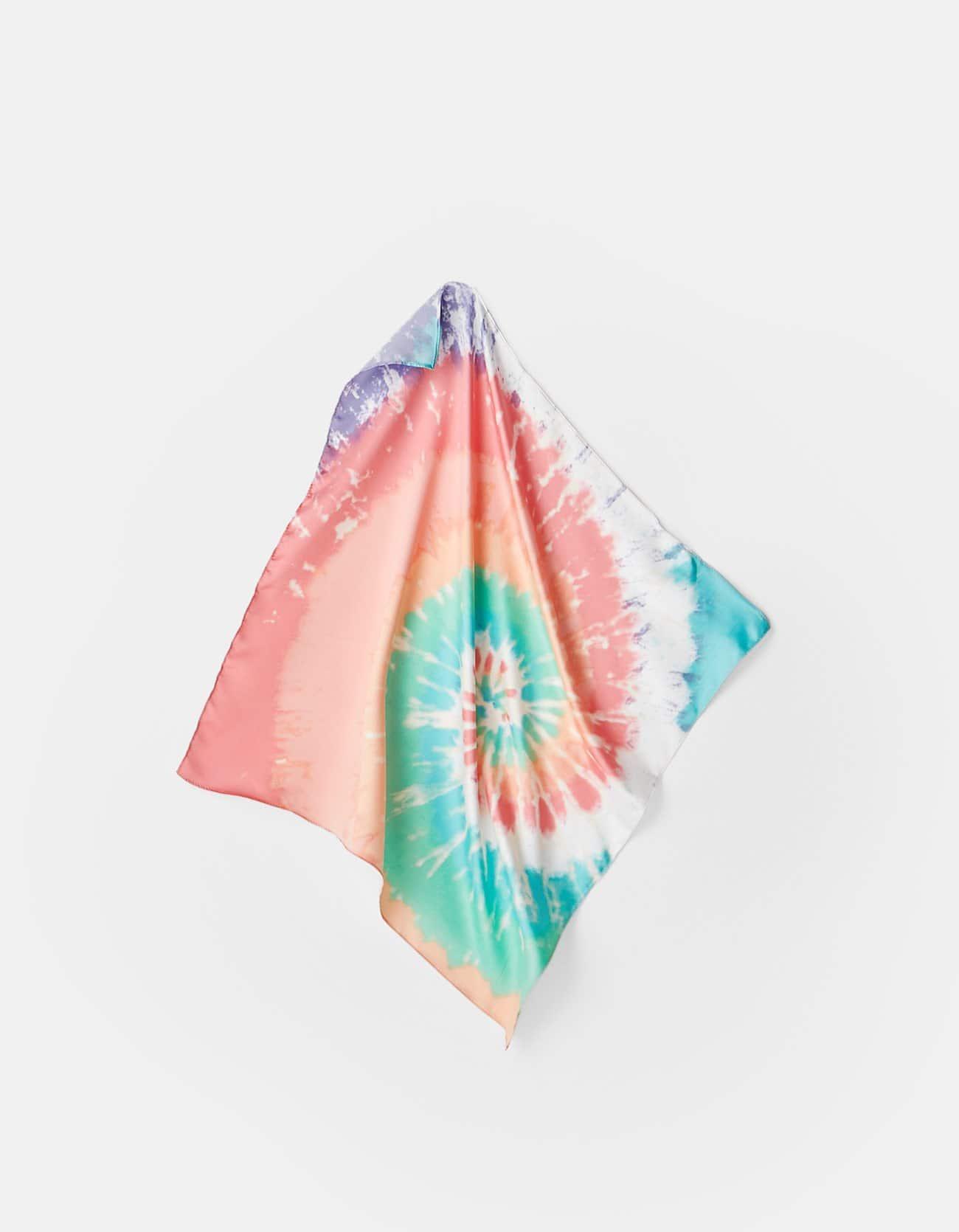 Pañuelo tie-dye de colores, ideal para complementar looks.