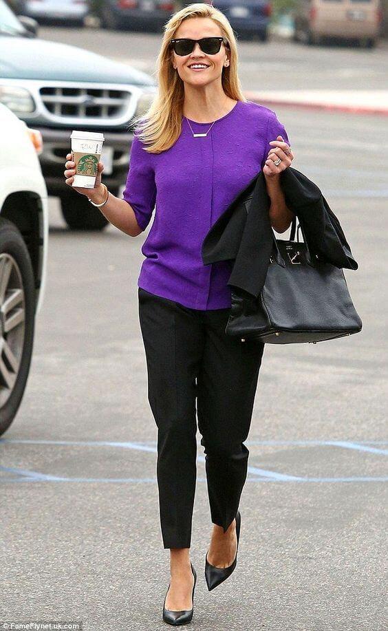 Reese Witherspoon con pantalón negro