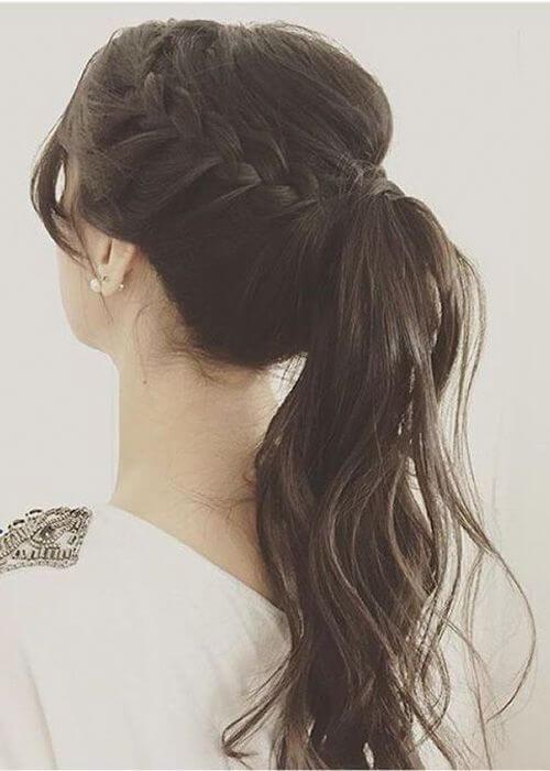 Chica con peinado de cola de caballo y trenza.