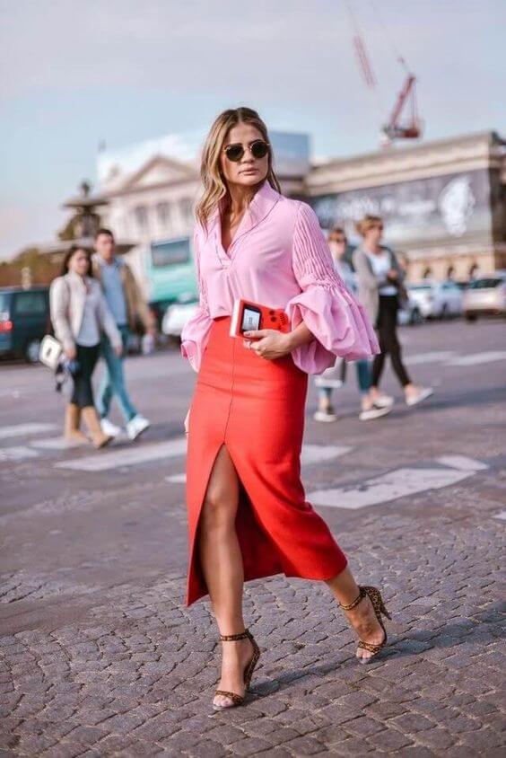 Chica con falda en color living coral y blusa rosa.