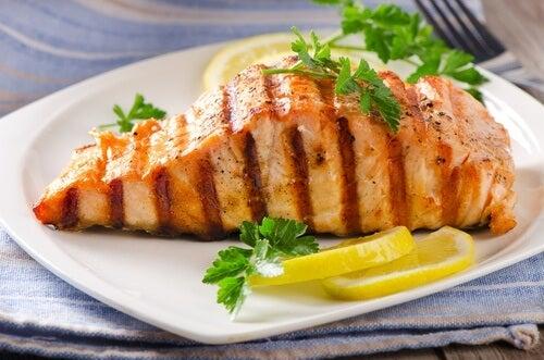 El salmón forma parte de varias recetas de cenas ligeras.
