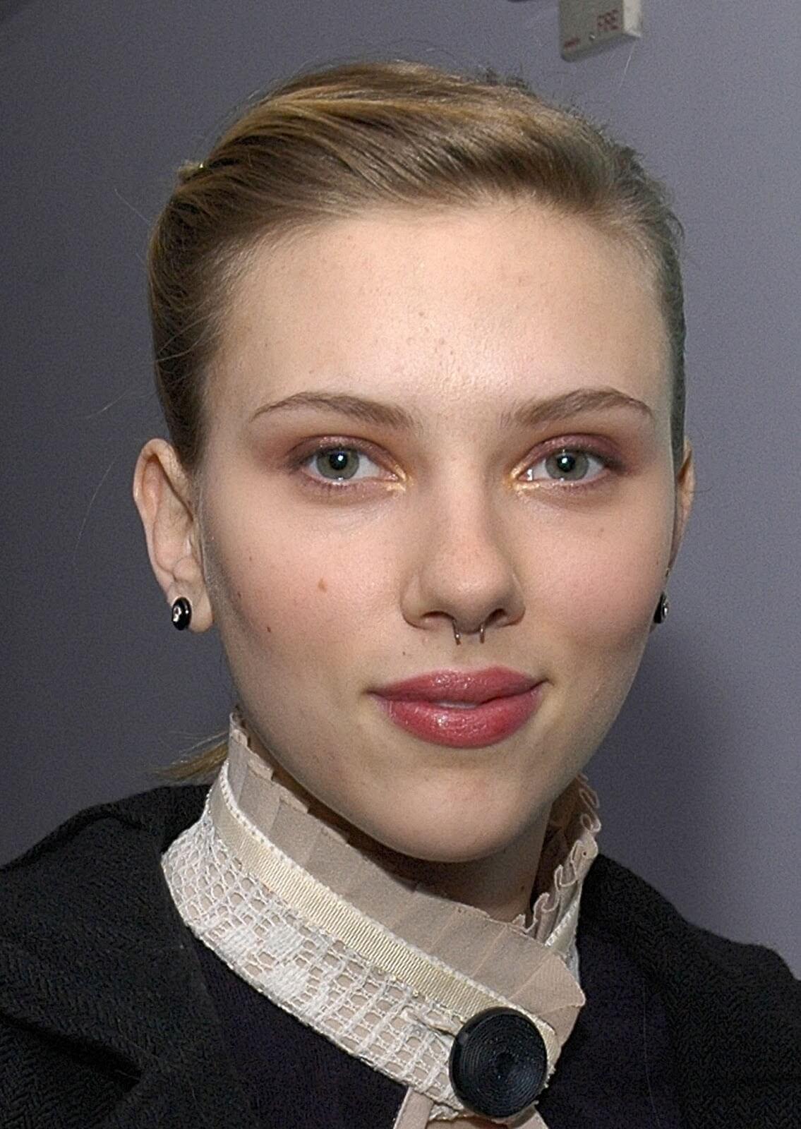 Scarlett Johansson con un septum falso en la nariz.