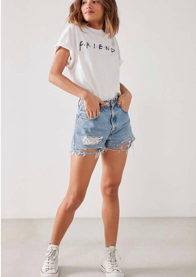Shorts vaqueros y camiseta blanca.