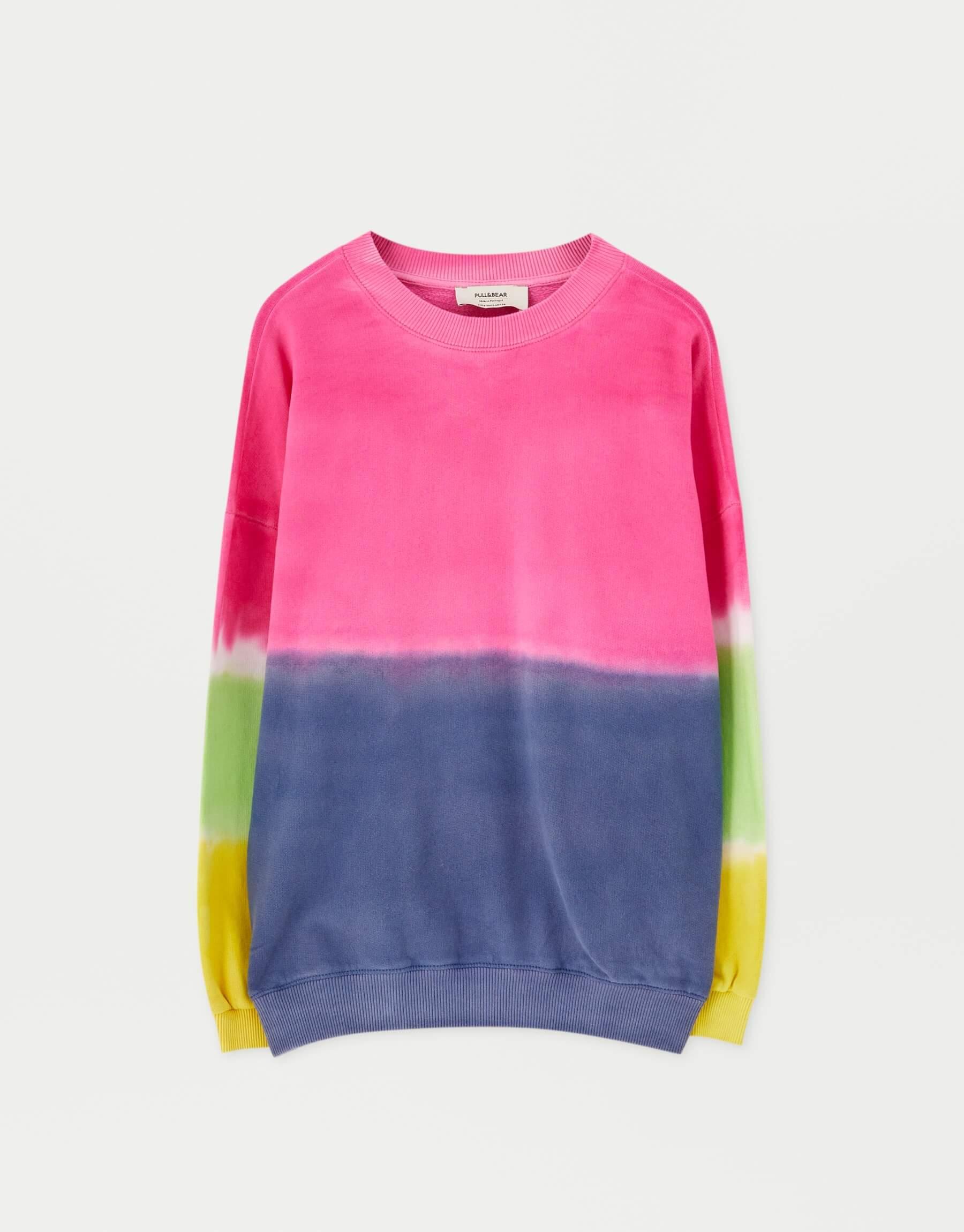 Sudadera en colores arcoíris.