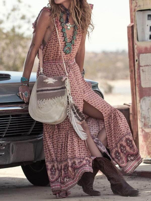 Look de vestido veraniego con botas vaqueras y accesorios étnicos.