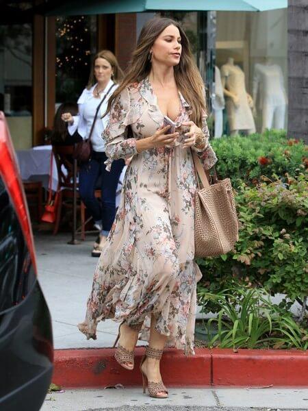 Sofía con un vestido de estampado floral en color nude y complementos neutros.