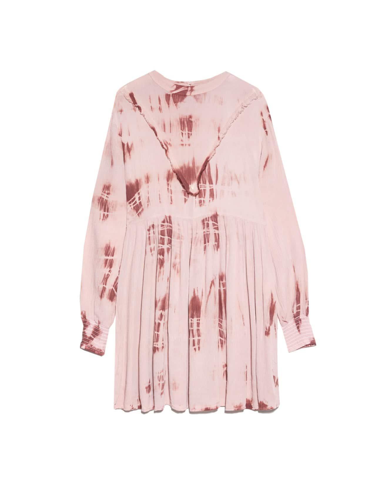 Vestido rosa con tie-dye discreto para lucir en diferentes ocasiones.