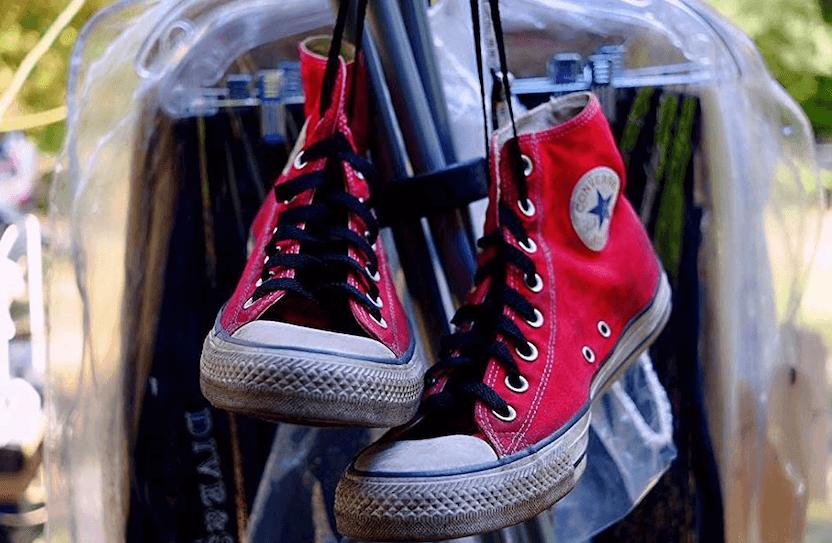 Zapatillas converse en color rojo en la sección de vestuario.